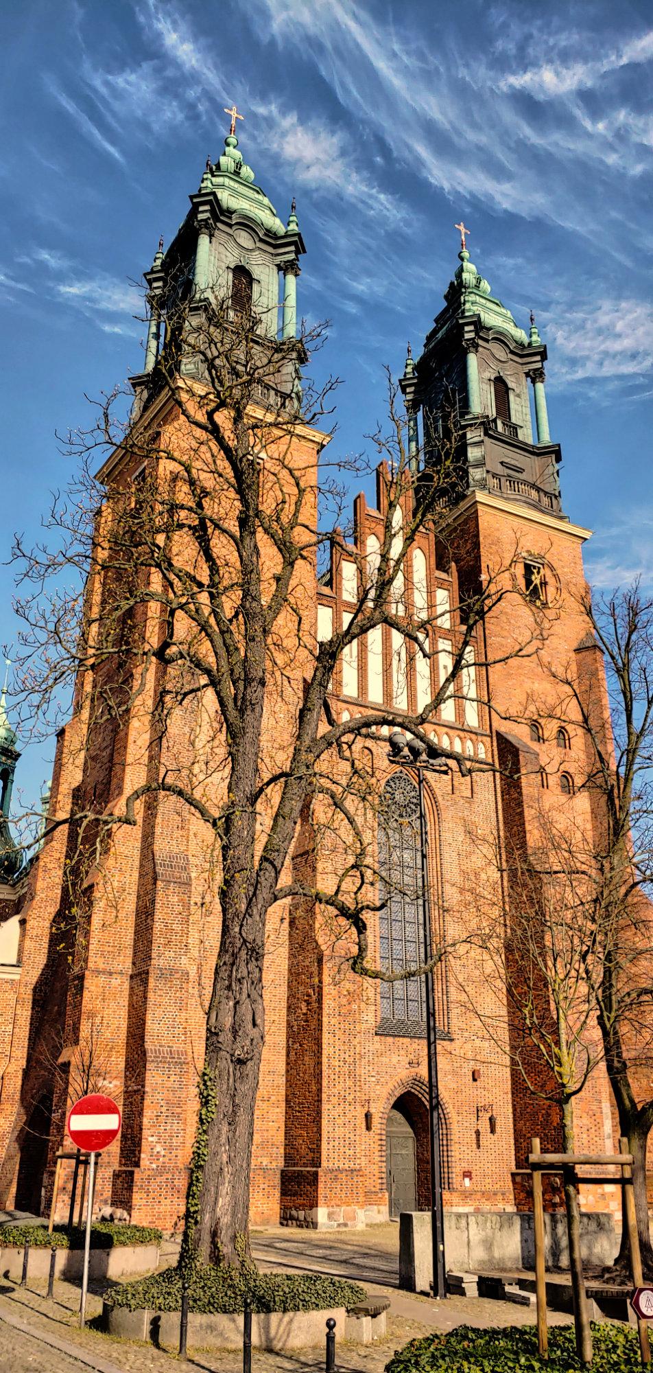 Katedra poznańska w pełnym słońcu i pełnej okazałości